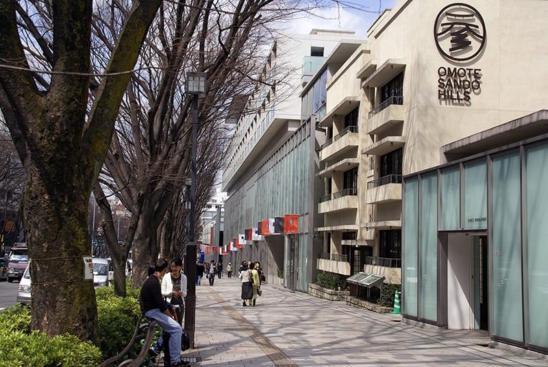 購物商圈及樹景交融的表參道,逛起來很是舒服自在。|來源:matome.naver.jp/odai/