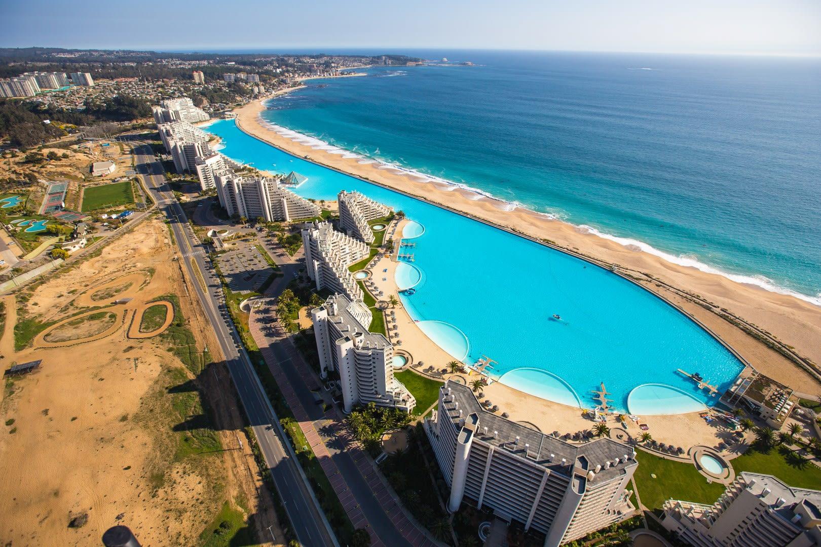 世 界 上 最 大 的 泳 池( 圖 片 來 源 : https://goo.gl/KSH1o3 )