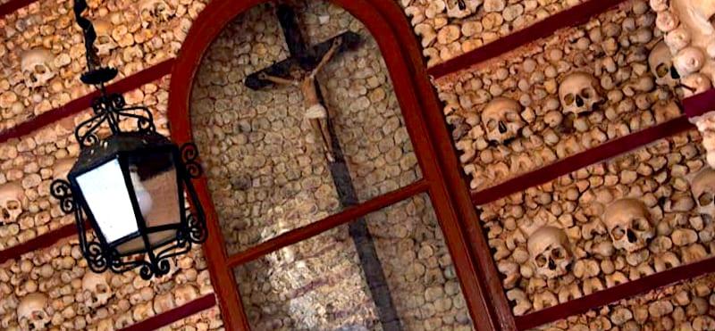 葡萄牙法魯的人骨教堂Capela dos Ossos (Chapel of Bones)。 圖片來源:Algarve-Tourist.com https://goo.gl/5F7xm8