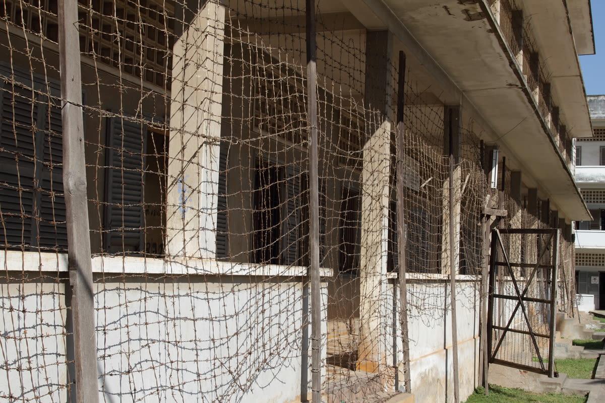 建築物館仍佈滿鐵絲網,以前用來防範罪犯逃跑用 (圖片來源:維基百科)