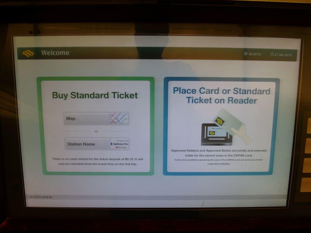 捷 運 自 動 購 票 機 。