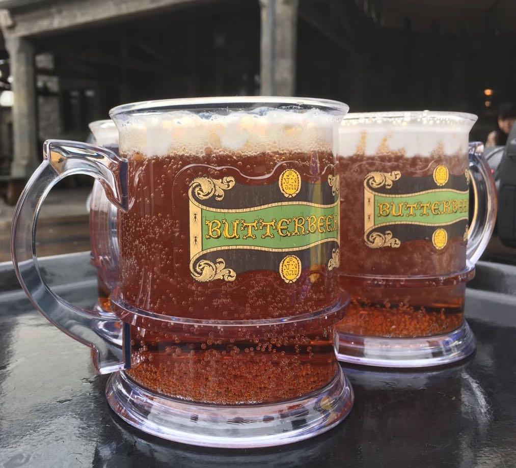 來 到 哈 利 波 特 園 區 , 必 定 要 試 這 個 指 定 飲 品 Butter Beer ( 奶 油 啤 酒 ) , 味 道 甜 甜 的 , 其 實 並 不 含 酒 精 成 分 , 小 朋 友 也 可 以 放 心 飲 用 , 而 且 , 售 賣 的 櫃 台 小 姐 還 跟 小 編 說 , 奶 油 啤 酒 都 是 用 魔 法 做 的 喔 ! ( 感 到 新 奇) 可 以 購 買 連 杯 子 的 套 裝 , 之 後 可 以 把 杯 子 帶 回 家 做 紀 念 品 !