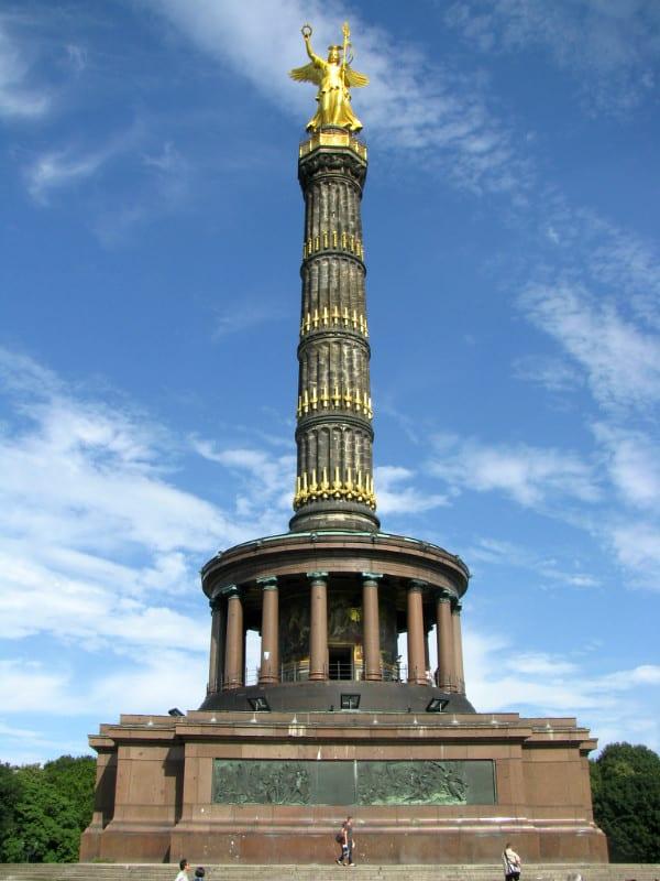 勝 利 紀 念 柱 。
