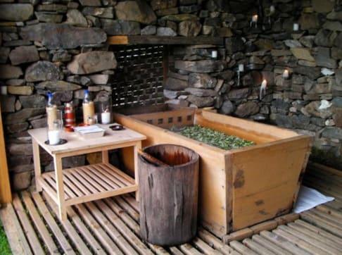 不 丹 的 傳 統 熱 石 浴 。