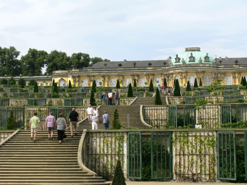無 憂 宮 。 依 山 而 建 的 六 層 露 台 , 使 得 整 個 花 園 立 體 了 起 來 。