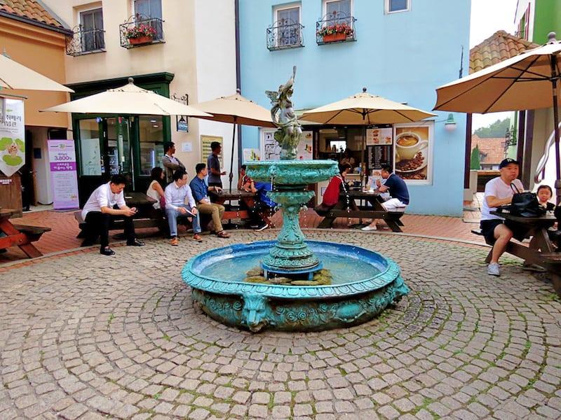 噴水廣場一旁有小賣部、禮品商店,可以稍稍休息。