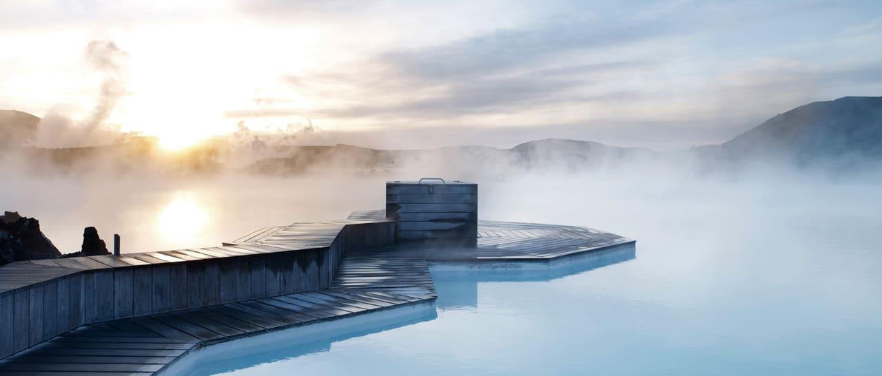 """冰 島 最 著 名 的 自 然地 熱 溫 泉 ( 圖片來源 : <a href=""""http://www.bluelagoon.com/"""">官網 </a> )"""