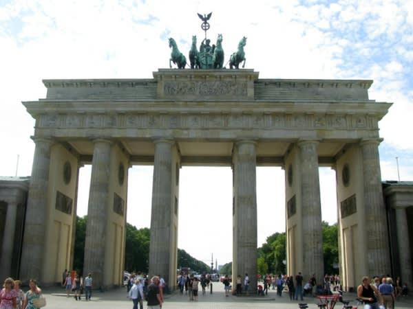 布 蘭 登 堡 門 。
