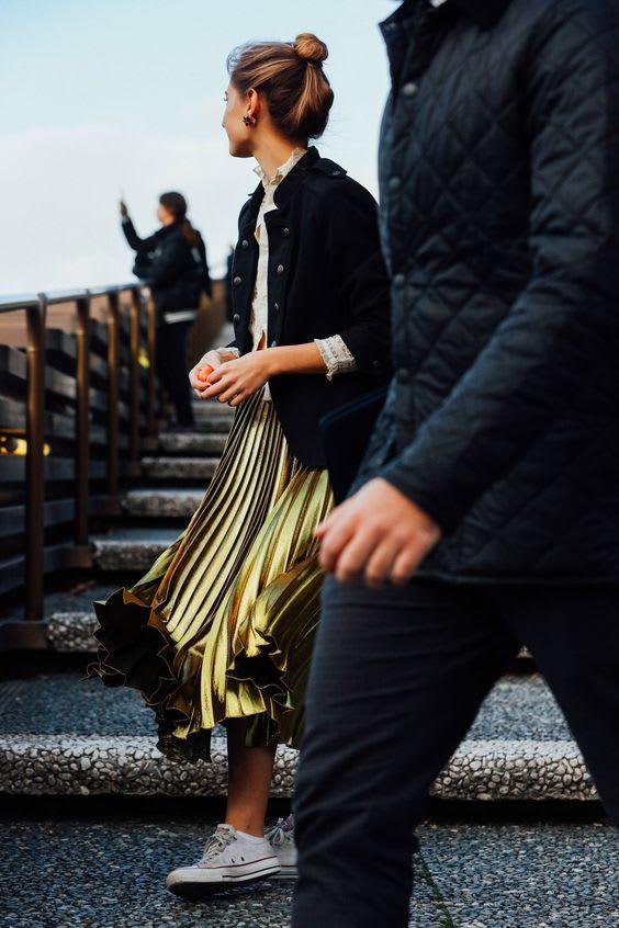 金 色 百 褶 裙 在 人 群 中 更 加 耀 眼 了 !
