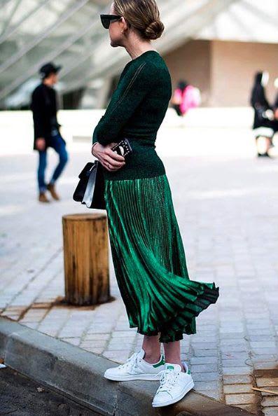 綠 色 的 百 褶 裙 更 增 添 了 優 雅 氣 質 。