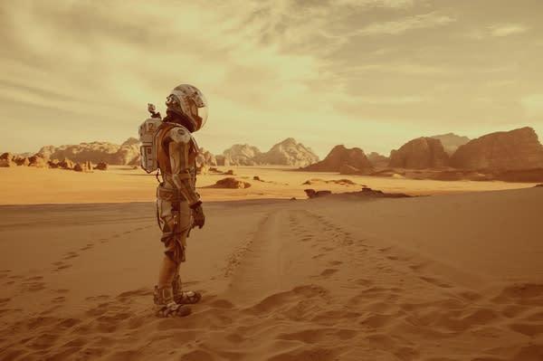 《 火 星 救 援 》 , 在 茫 茫 的 火 星 平 原 上 。