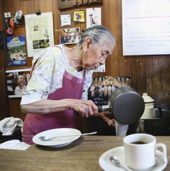 (by instagram @athenakuo, 店 主 老 奶 奶 Hatsue Murata 正 在 用 小 鍋 煮 牛 奶 , 冒 出 白 煙 後 倒 入 黑 咖 啡 中 。 )