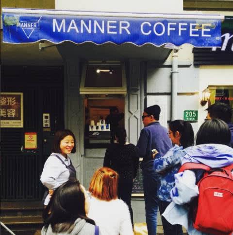 排 隊 等 咖 啡 也 是一 種 生 活 方 式 , 別 忘 了 和 咖 啡 愛 好 者 閒 聊 幾 句 。