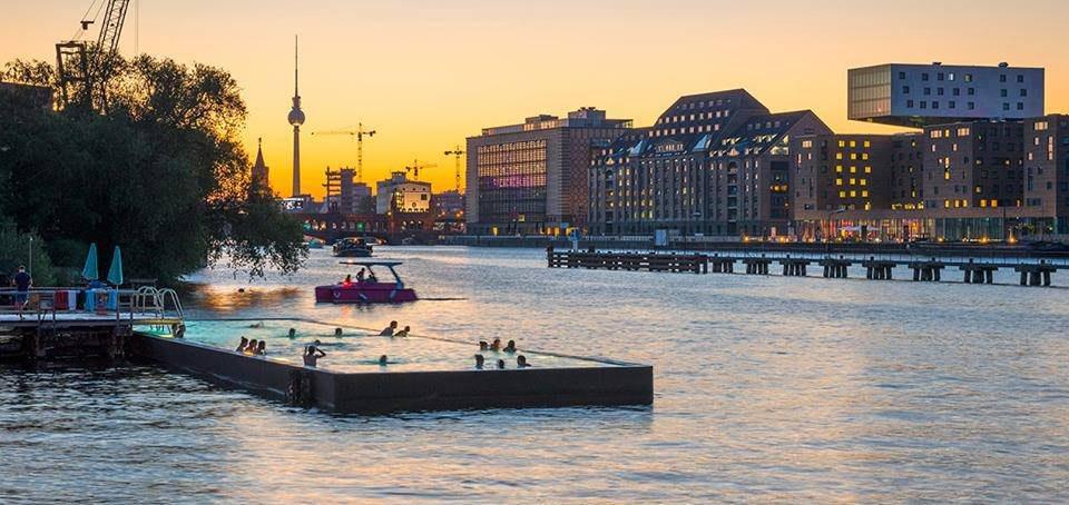 位 在 市 區 的 河 岸 , 一 邊 游 泳 一 邊 欣 賞 柏 林 美 景 ( 圖 片 來 源 :https://goo.gl/iyl5Jb )
