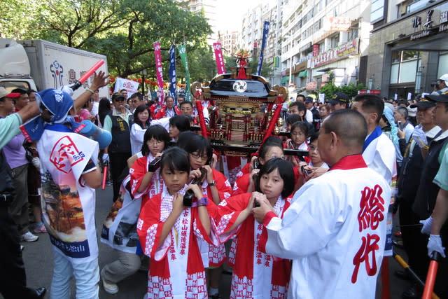 2012年北投溫泉季邀請日本松山寺道後兒童神轎,進行熱鬧踩街遊行。(圖片來源/台灣觀光年曆網站)