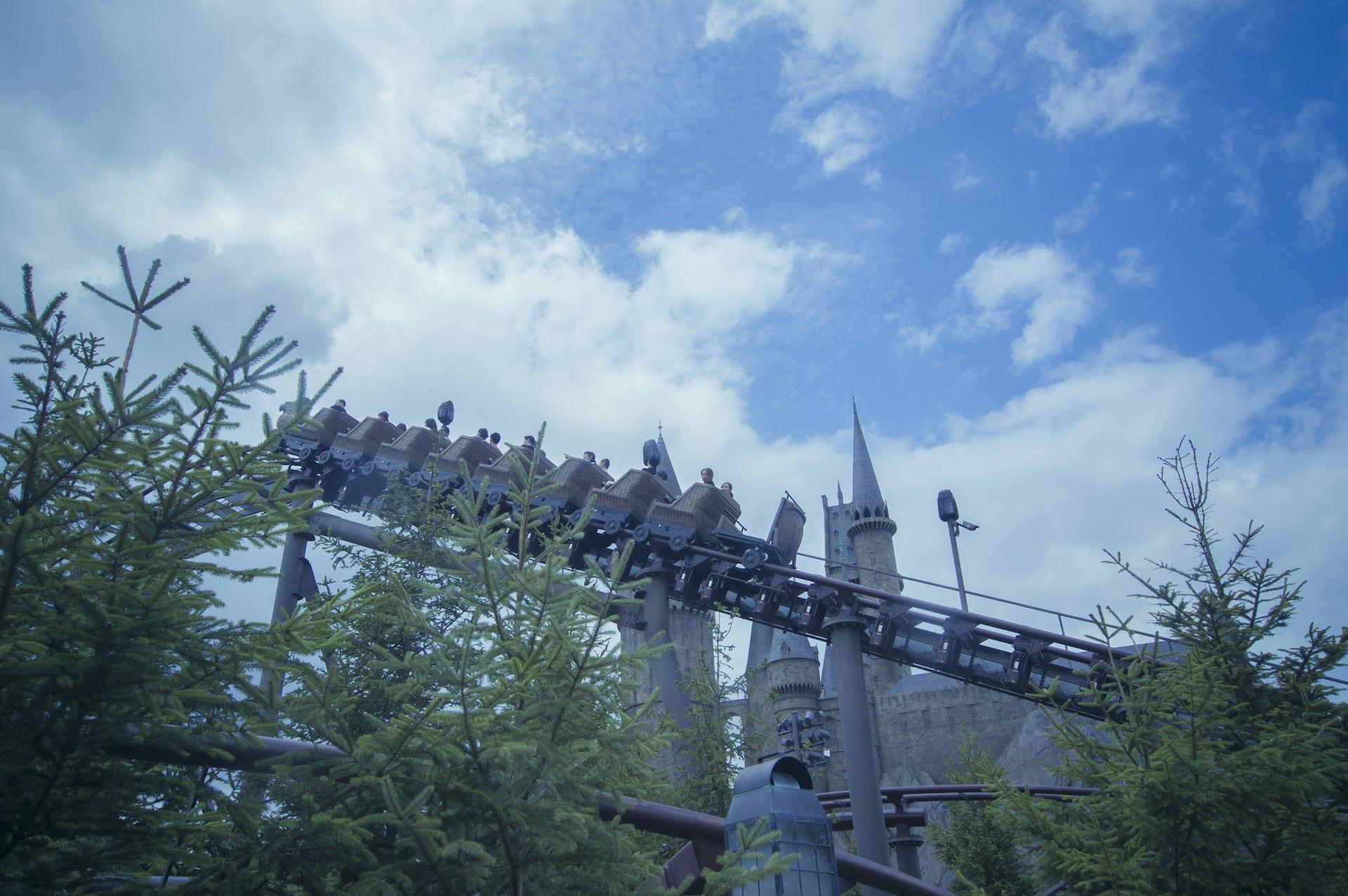 大阪環球影城哈利波特,旅遊體驗師笑稱坐最後一台好了!一定很刺激XD!