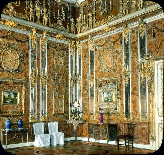 令 夏 洛 滕 堡 宮 聞 名 的 「 琥 珀 室 」 。