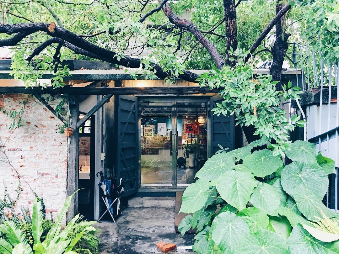 由老穀倉改建而成的「拾米屋咖啡」,外觀樸實簡約,沒有過多華麗的裝潢。(圖片來源/Instagram-fatmirliu)