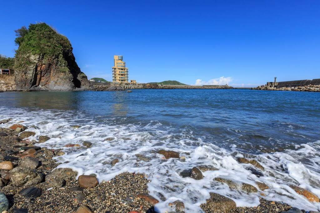 豆腐岬呈現弧狀凹槽,面向海洋;礁岩像豆腐一般,故稱豆腐岬。(照片來源:蘇澳觀光旅遊網)