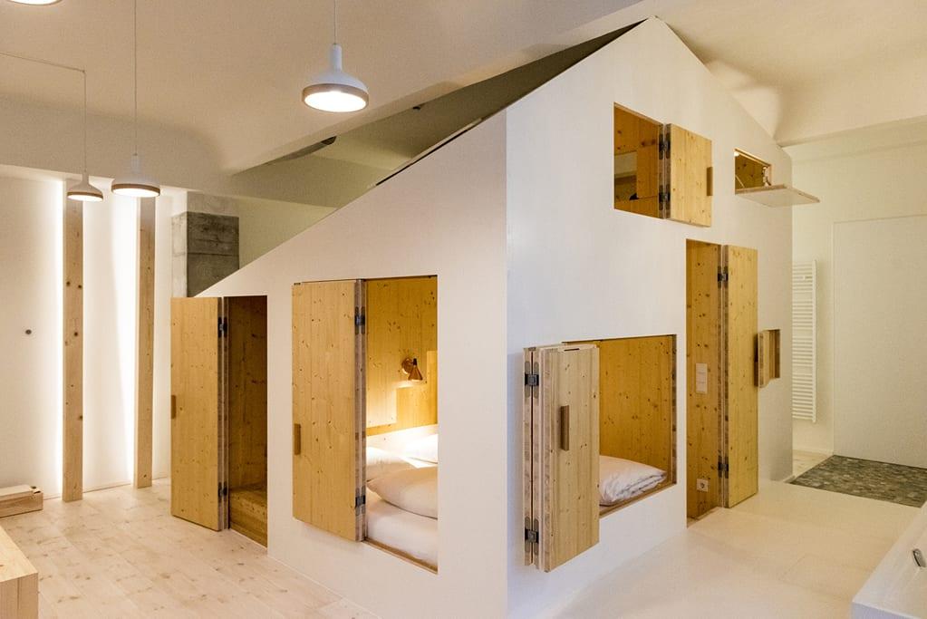 Michelberger Hotel 的 Hideout 房 型 給 人 一 種 在 室 內 露 營 的 感 覺。