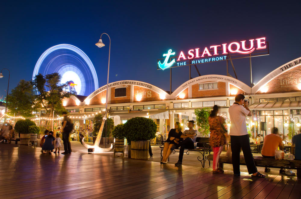 位在昭皮耶河岸的碼頭夜市提供觀光客夜間活動的選擇