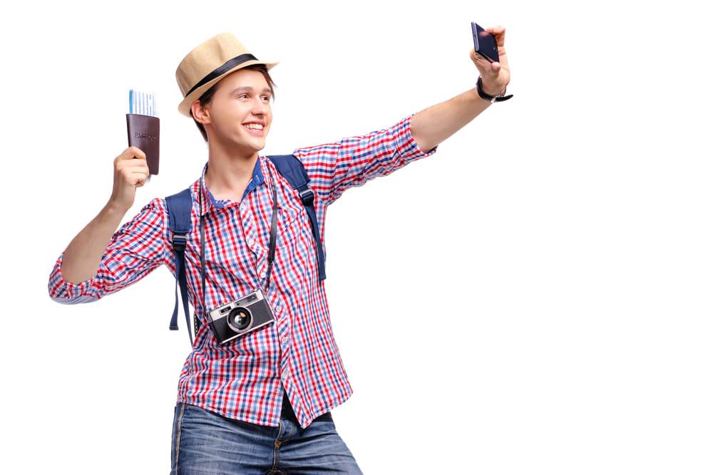 在 機 場 跟 護 照 自 拍 應 該 是 旅 行 的 第 一 張 照 片 吧