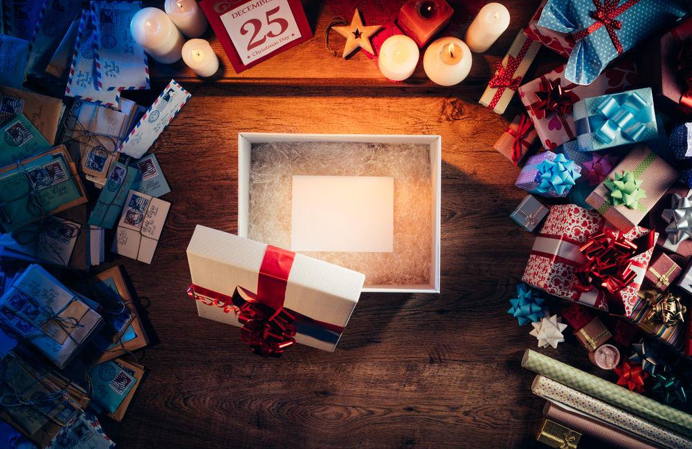 期 待 盒 子 中 的 聖 誕 禮 物 , 爸 爸 們 年 輕 時 其 實 也 都 是 小 男 孩