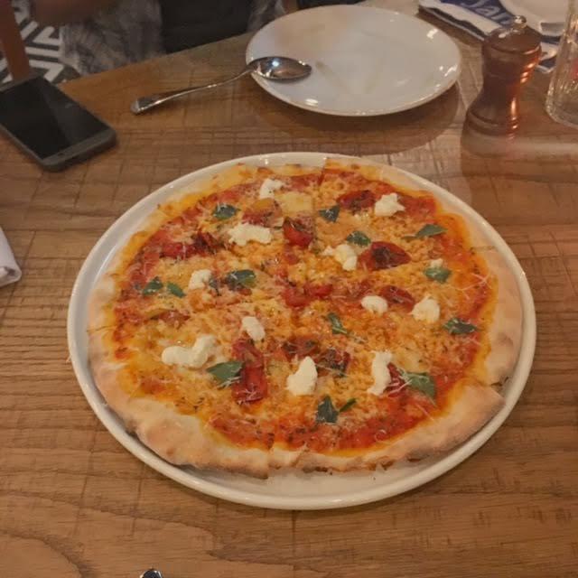 義 式 瑪 格 麗 特 披 薩 , 薄 脆 的 外 皮 、 香 濃 的 起 司 味 , 非 常 好 吃 。