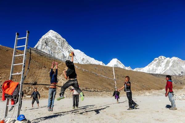 山 中 的 休 閒 娛 樂 : 打 排 球 。
