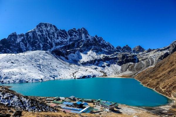 美 麗 的 湛 藍 湖 水 。