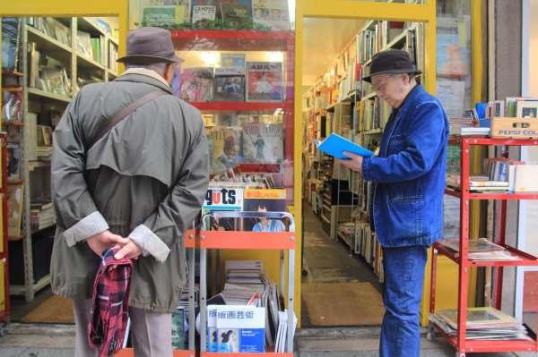 這 裡 販 售 著 各 種 種 類 的 古 書 、 二 手 書 。