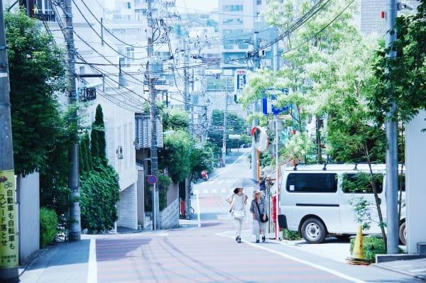 寧 靜 的 代 官 山 , 不 似 東 京 的 喧 鬧 吵 雜 。