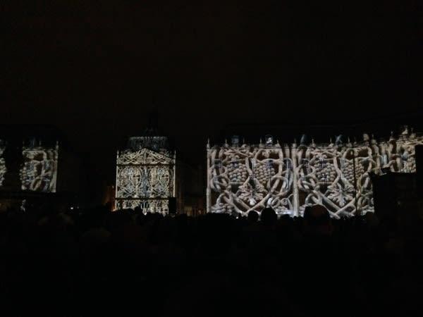 2014 年 的 波 爾多 葡 萄 酒 節 燈 光 表 演 , 利 用 建 築 做 屏 幕 ,將 有 關 波 爾 多 葡 萄 酒 的 故 事 打在 上 面 , 著 實 美 輪 美 奐。