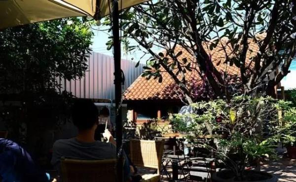 喝 完 咖 啡, 還 可 到 後 院 參 觀 art house 手 作 工 房 。