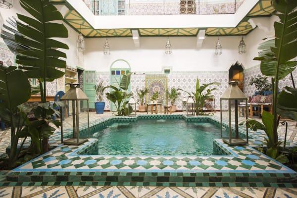 美 麗 的 室 內 泳 池。