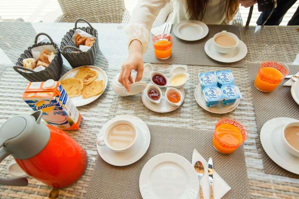 早 餐 是 咖 啡 、 酸 奶 、 鮮 榨 橙 汁  , 還 有 當 地 的 麵 包 和 煎 餅 。