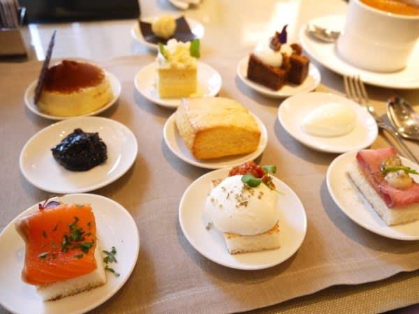菜 單 上 根 據 季 節 不 同 種 類 的 九 個 小 碟 甜 點 才 是 最 讓 人 興 奮 的 。