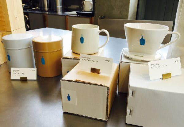 表 參 道 咖 啡 甜 點 地 圖 杯 子 及 咖 啡 豆 都 有 販 售 。