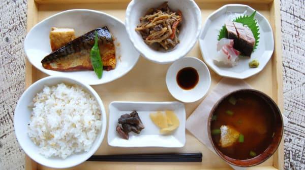 除 了 提 供 甜 點 , 也 有 傳 統 日 式 套 餐 可 享 用 。