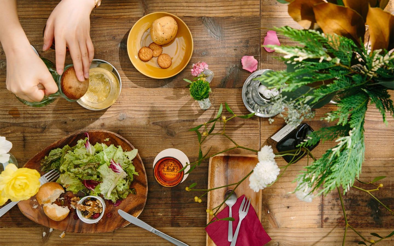 每 個 餐 桌 上 都 擺 了 應 景 的 鮮 花 。