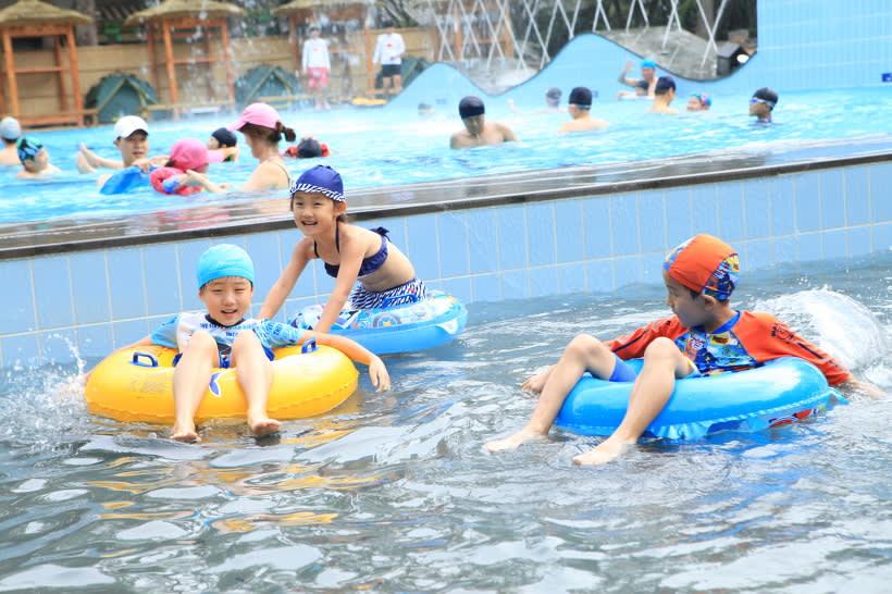 trẻ em đi bơi vào mùa hè trên đảo nami