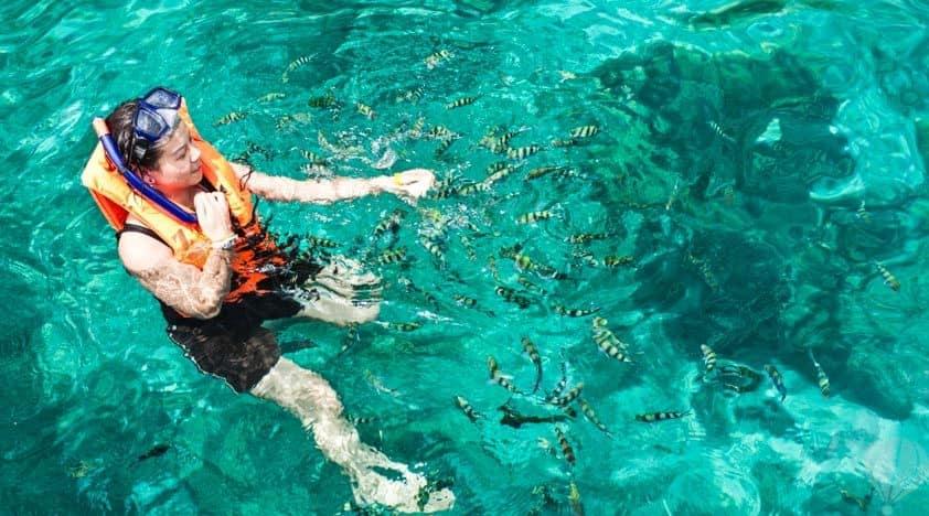 bơi lội tại đảo raya