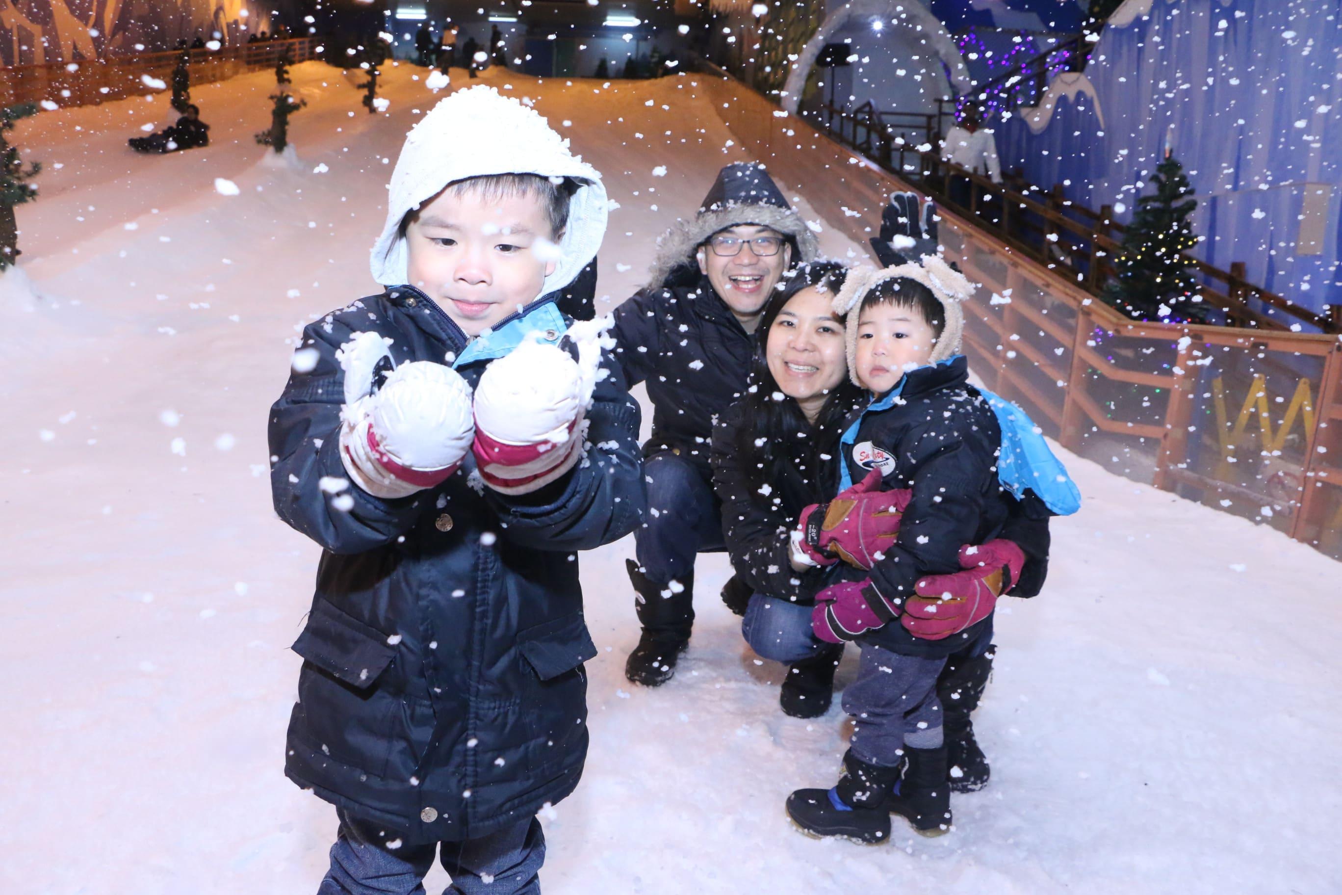 trẻ em chơi tuyết tại winter wonderland