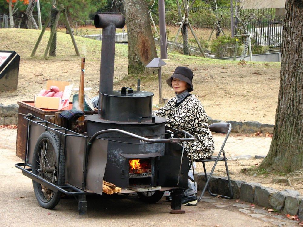 yaki-imo là một trong những món ăn đường phố nhật bản phải thử