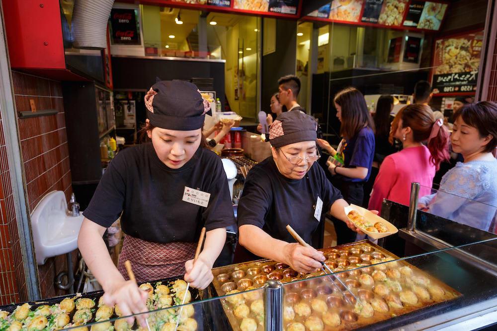 bánh bạch tuộc takoyaki là một trong những món ăn đường phố nhật bản phải thử
