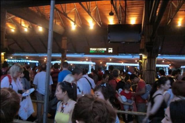 night safari singapore: xếp hàng lên xe bus