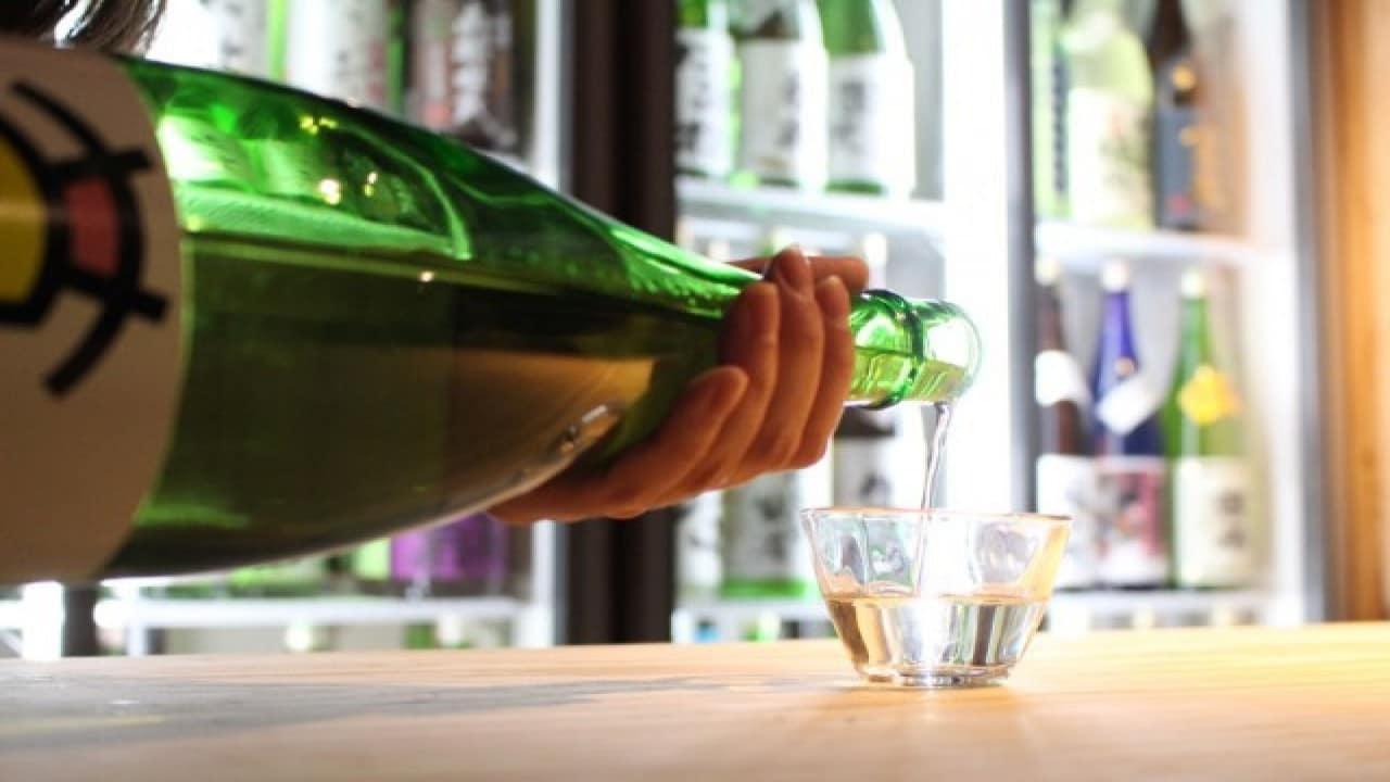 uống rượu ở chợ kurand sake là một ý tưởng hẹn hò ở tokyo