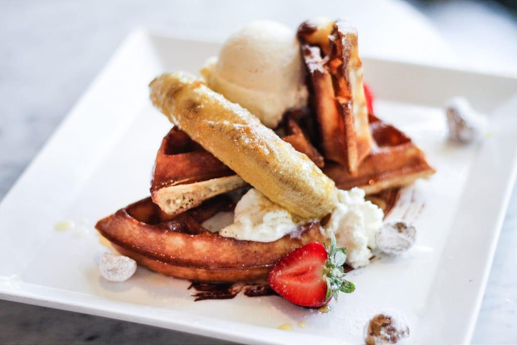 quán cafe ở singapore: món waffle tại coastal settlement