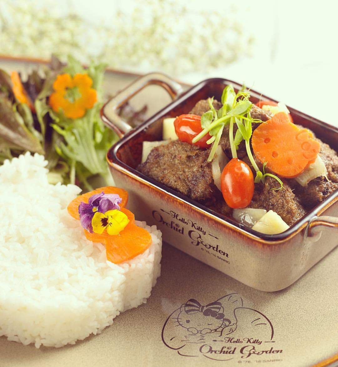 quán cafe ở singapore: thức ăn tại hello kitty orchid garden