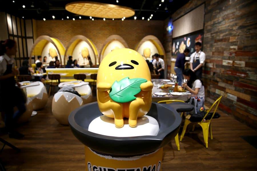 quán cafe ở singapore: nội thất quán gudetama cafe